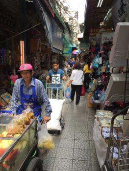 タイの市場は何でも通る